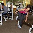 Utilice un banco de pesas en el que apoyarse si así lo desea al hacer retrocesos de tríceps.