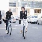 Ir en bicicleta al trabajo es una solución práctica en muchas ciudades.