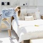 Si no tiene un banco de pesas, puede usar una cama para equilibrarse mientras hace la fila con un solo brazo inclinado.