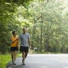 Encuentre un compañero para caminar que lo ayude a perder esos centímetros y lo mantenga motivado.