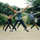 Tus piernas y brazos deben moverse a la misma velocidad durante los saltos de tijera.