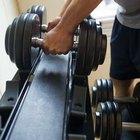 Fortalezca y desarrolle los músculos del cuello con encogimiento de hombros con mancuernas.