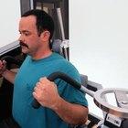 Realice ejercicios de espalda en máquinas de pesas para fortalecer los músculos que protegen la columna.