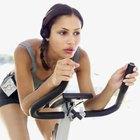 Levantar los glúteos del asiento de la bicicleta integrará los glúteos y los músculos lumbares.