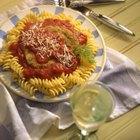 Las chuletas de cerdo y la pasta son una comida abundante y saludable.