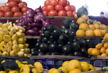 The different colors of fruits and vegetables indicate different nutrients.