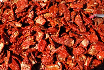 Sun-dried tomatoes are more nutritious when prepared without oil.