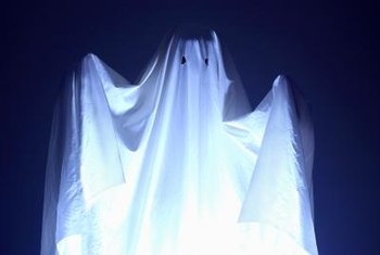 Make a ghost decoration easily with trash bags.