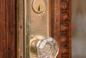 Give glass door knobs a second life as home decor crafts.