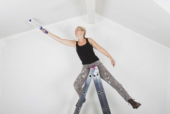 How to Minimize Streaking When Painting a Ceiling