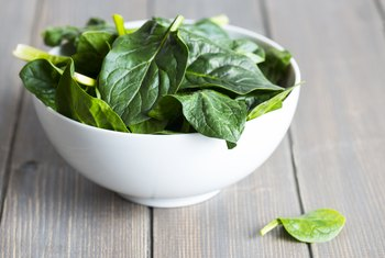 The Side Effects of Oxalates When Eating Lots of Raw Spinach