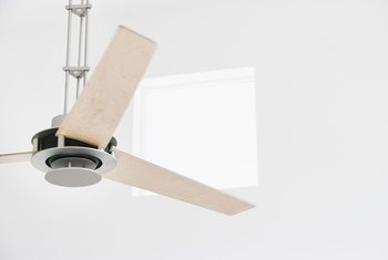 The Direction & Speed of Ceiling Fan Rotation in the Winter & Summer