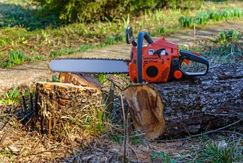 What Grade of Oil Is Used on a Chainsaw Oiler?