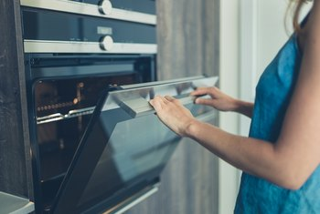 How to Manually Clean an Electric Self-Cleaning Oven