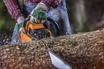 How to Adjust the Air and Fuel on a Stihl Chainsaw