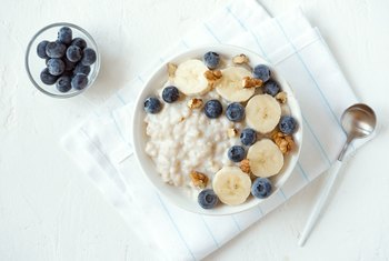 What Are Tasty and Healthy Things to Mix With Oatmeal?