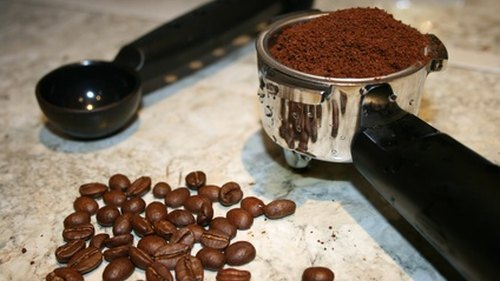 <p>For best results, grind your own beans prior to dosing and tamping.</p>
