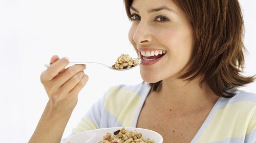 <p>Yogurt, berries and granola are a great 400-calorie start to the day.</p>